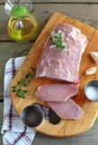El lomo de cerdo fresco taja en la tarjeta de corte Imagenes de archivo