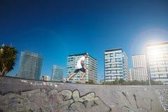 El longboarding urbano en skatepark concreto Fotografía de archivo libre de regalías