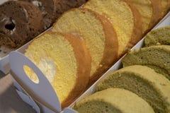 El lote delicioso de rollos de la torta imagen de archivo