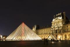 El Louvre de París en Francia por noche Fotos de archivo