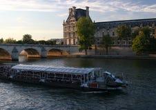 El Louvre en el Sena imagenes de archivo