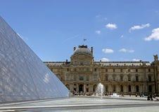 El Louvre, o el museo del Louvre, el museo de arte m?s grande del mundo y el monumento hist?rico de Par?s, Francia foto de archivo