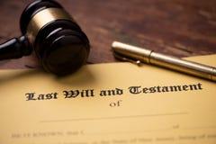 El ?ltimo y la forma del testamento con el mazo Decisi?n, financiera fotos de archivo