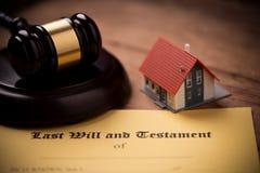 El ?ltimo y la forma del testamento con el mazo Decisi?n, financiera fotos de archivo libres de regalías