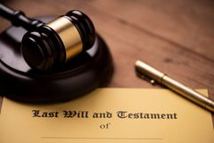 El ?ltimo y la forma del testamento con el mazo Decisi?n, financiera foto de archivo