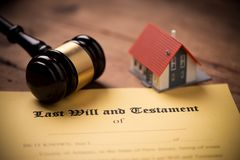 El ?ltimo y la forma del testamento con el mazo Decisi?n, financiera fotografía de archivo