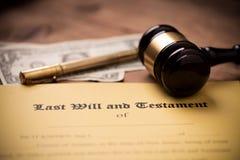 El ?ltimo y la forma del testamento con el mazo Decisi?n, financiera imagen de archivo libre de regalías