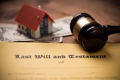 El ?ltimo y la forma del testamento con el mazo Decisi?n, financiera foto de archivo libre de regalías