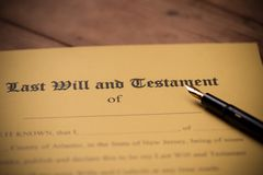 El ?ltimo y la forma del testamento con el mazo Decisi?n, financiera imagen de archivo