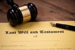 El ?ltimo y la forma del testamento con el mazo Decisi?n, financiera fotografía de archivo libre de regalías