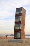 El lucero herido -由艺术家丽贝卡垫铁的金属立方体雕塑在Barceloneta海滩 免版税库存图片