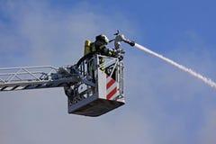 El luchar de los bomberos foto de archivo libre de regalías