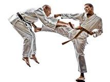 El luchar de los combatientes del estudiante del adolescente de los hombres del karate Fotos de archivo libres de regalías