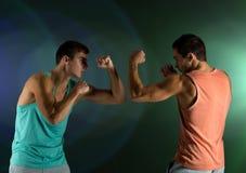 El luchar de los hombres jovenes mano a mano Imagen de archivo