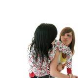 El luchar joven de dos adolescencias (hermanas) Imágenes de archivo libres de regalías