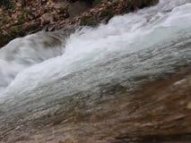 El Luda Mara River al principio del río - la captación del agua en Petrich metrajes