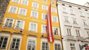 El lugar de nacimiento en Salzburg durante invierno, lugar de nacimiento de Mozart de Mozart, genio de la música clásica almacen de video
