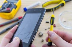 El lugar de trabajo del militar Reparación de Smartphone Imágenes de archivo libres de regalías