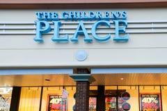 El lugar Logo On Store Front Sign del ` s de los niños imagen de archivo libre de regalías