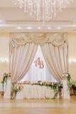 El lujo adornó la tabla de los pares de la boda Fotos de archivo