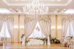 El lujo adornó la tabla de los pares de la boda Foto de archivo