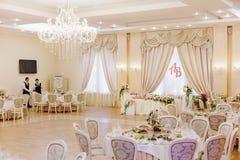 El lujo adornó la tabla de los pares de la boda Fotos de archivo libres de regalías