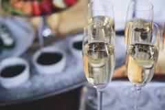 El lujo adornó maravillosamente la tabla de banquete del abastecimiento con el caviar negro y rojo y diversos bocados de la comid Fotografía de archivo