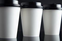 El lujo blanco se lleva negro fijada de las tazas de papel duplicado Fotografía de archivo libre de regalías
