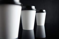 El lujo blanco se lleva negro fijada de las tazas de papel duplicado Imagenes de archivo