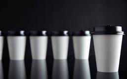 El lujo blanco se lleva negro fijada de las tazas de papel duplicado Fotos de archivo