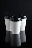 El lujo blanco se lleva negro fijada de las tazas de papel duplicado Foto de archivo libre de regalías