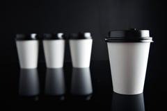 El lujo blanco se lleva negro fijada de las tazas de papel duplicado Foto de archivo