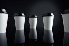 El lujo blanco se lleva negro fijada de las tazas de papel duplicado Fotografía de archivo