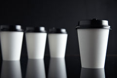 El lujo blanco se lleva negro fijada de las tazas de papel duplicado Imágenes de archivo libres de regalías