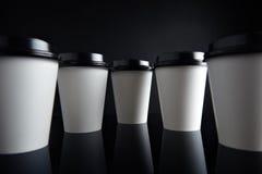 El lujo blanco se lleva negro fijada de las tazas de papel duplicado Fotos de archivo libres de regalías
