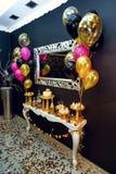 El lujo elegante adornó el palo del caramelo con los globos en el b de oro Imagen de archivo
