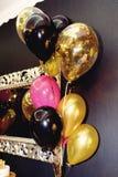 El lujo elegante adornó el restaurante con los globos en el de oro Fotos de archivo