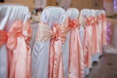 El lujo elegante adornó las sillas para la celebración para un weddin Imagenes de archivo