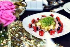 El lujo elegante adornó las tablas con el aperitivo para el cele del cumpleaños Foto de archivo libre de regalías
