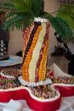 El lujo elegante adornó las tablas con las frutas para la celebración Imagen de archivo libre de regalías