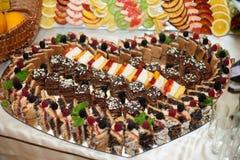El lujo elegante adornó las tablas con los dulces para una boda del hap Imagen de archivo libre de regalías