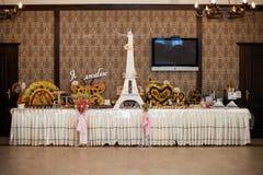 El lujo elegante adornó las tablas para la celebración de una boda Fotos de archivo libres de regalías