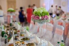 El lujo elegante adornó las tablas para la celebración para un weddin Fotografía de archivo