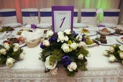 El lujo elegante adornó las tablas para la celebración para un weddin Foto de archivo
