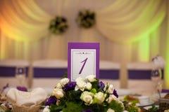 El lujo elegante adornó las tablas para la celebración para un weddin Imágenes de archivo libres de regalías