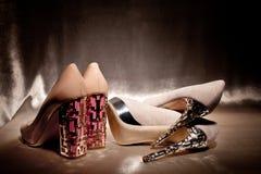 El lujo empareja los zapatos de tacón alto del encanto en la seda del oro Foto de archivo libre de regalías