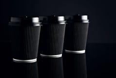 El lujo negro se lleva las tazas de papel fijadas duplicadas Fotografía de archivo libre de regalías