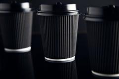 El lujo negro se lleva las tazas de papel fijadas duplicadas Imagenes de archivo