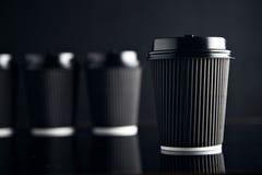 El lujo negro se lleva las tazas de papel fijadas duplicadas Imagen de archivo libre de regalías