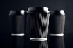 El lujo negro se lleva las tazas de papel fijadas duplicadas Foto de archivo